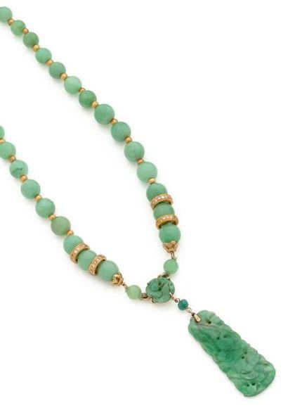 Collier de billes de jade, scandé de perles...