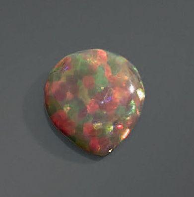 Opale en forme de goutte. Poids: 3,16 ct...