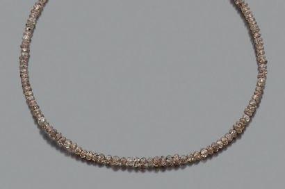 Rang de perles facettées de diamants bruns...