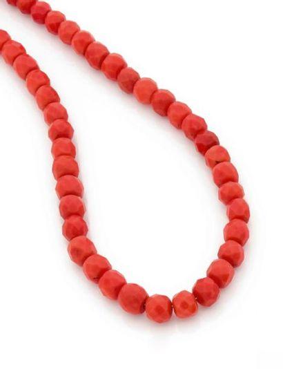 Collier de billes facettées de corail en...