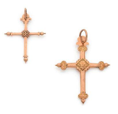 Suite de deux croix Jeannette en or 18K (750), le centre de l'une orné d'une fleurette,...