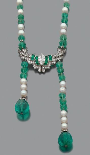 Collier de perles facettées d'émeraudes scandées...