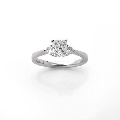 BAGUE ornée d'un diamant radiant monté en...