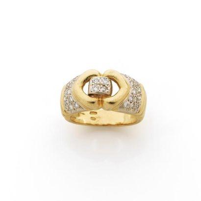 BAGUE à décor de coeur soulignée de diamants...