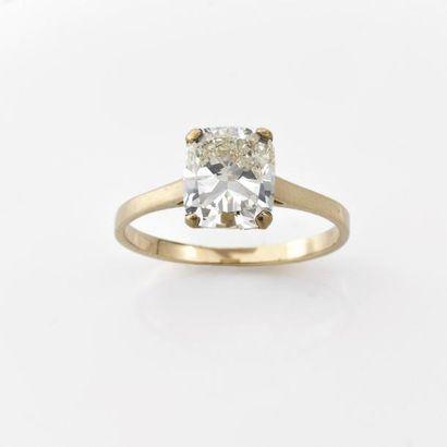 BAGUE ornée d'un diamant coussin monté en...