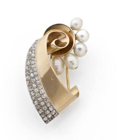 CLIP ruban orné de quatre perles fines (percées)....