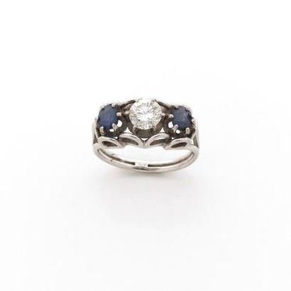 BAGUE chevalière ornée d'un diamant brillanté...