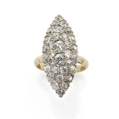 Grande BAGUE marquise pavée de diamants brillantés....