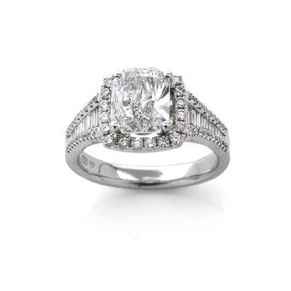 BAGUE ornée d'un diamant coussin dans un...