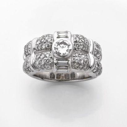 BAGUE jonc à gradins ornée d'un diamant brillanté...