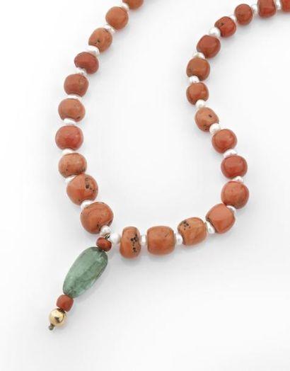 COLLIER composé de boules de corail, perles...