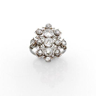 BAGUE ovale ornée de diamants brillantés...