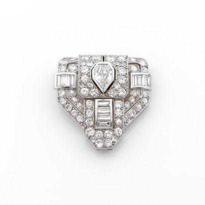 CLIP de forme écusson pavé de diamants brillantés....