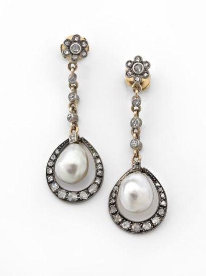 PAIRE de PENDANTS d'oreilles ornés de perles...
