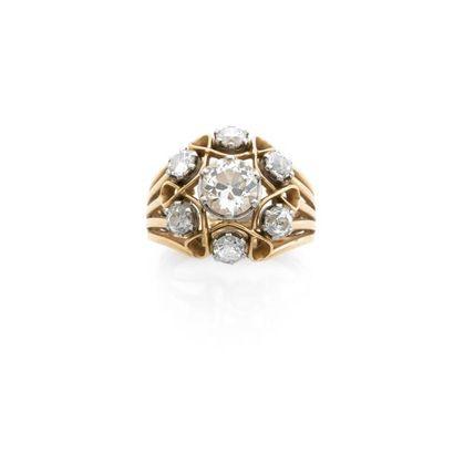 BAGUE fleur ornée d'un diamant brillanté...