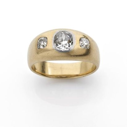 BAGUE jonc ornée de trois diamants brillantés...