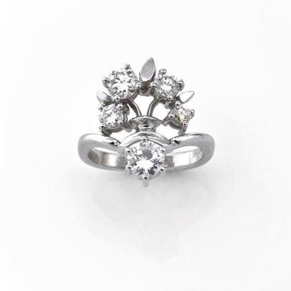 BAGUE à décor floral ornée de cinq diamants...