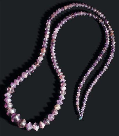 Grand collier formé de perles biconiques....