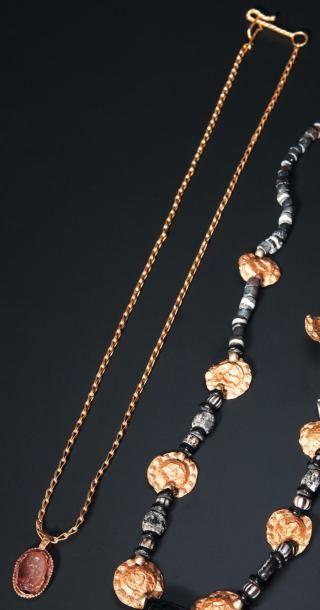 Collier formé d'une chaîne et d'un pendentif...