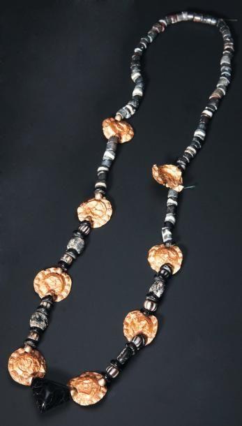 Collier formé de perles en pâte de verre...