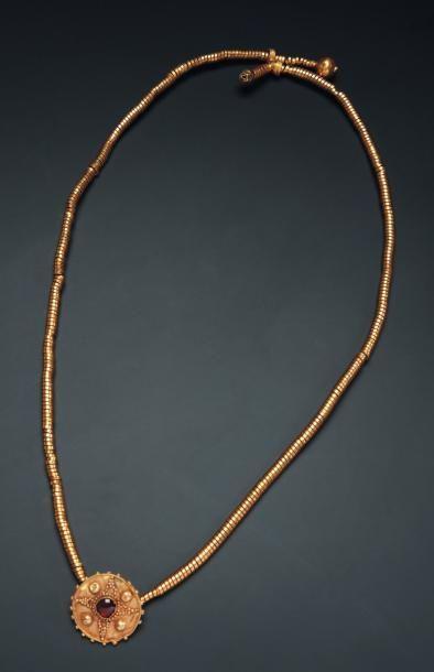 Collier formé d'un fin ruban spiralé supportant...