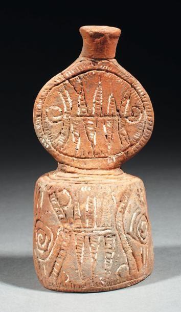 Idole formée d'un corps discoïdal gravé de...