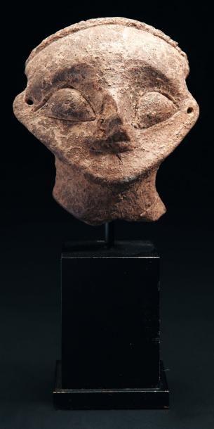 Tête de statuette de divinité, le visage...