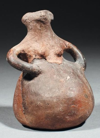 Idole féminine stylisée. Statuette creuse...