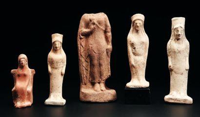 Lot composé de cinq statuettes représentant...