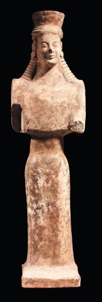 Grande statuette représentant une koré debout...