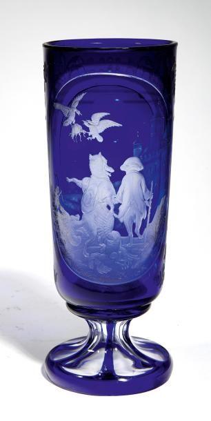 Grand verre droit A piédouche en verre incolore...