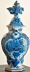Paire de pots couverts A décor monochrome...