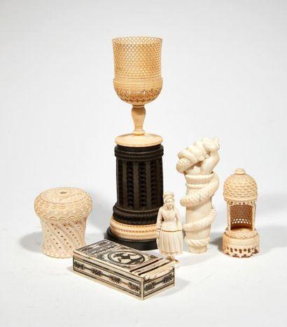 Lot d'objets en ivoire Comprenant une main...