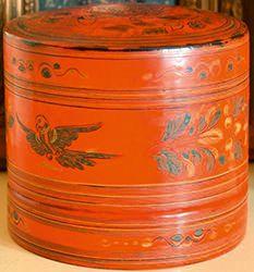 Boite cylindrique rouge A décor peint d'oiseaux...