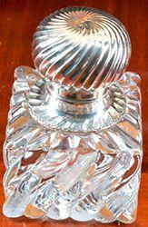 Encrier En verre taillé, bouchon en métal...