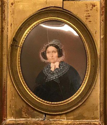 Portrait de femme en robe noire, col et coiffe...