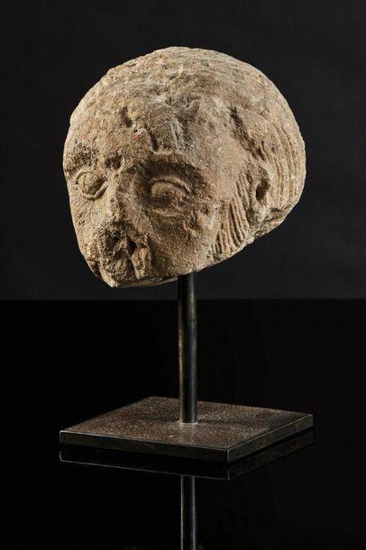 Tête d'homme barbu en pierre calcaire sculptée. Front dégarni et chevelure traitée...