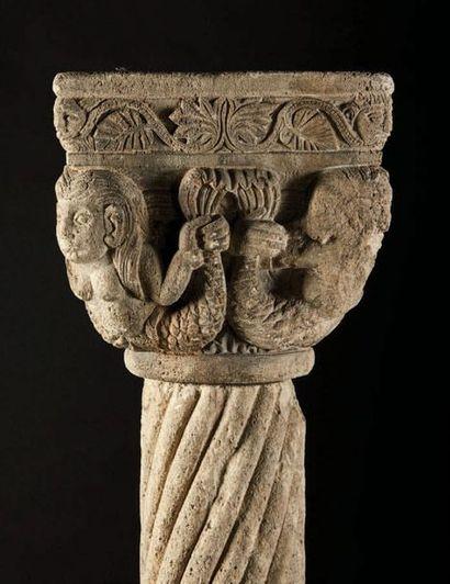 Bénitier en pierre calcaire sculptée toutes faces. Corbeille à décor de sirènes...