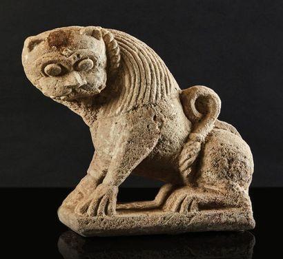 Lion en pierre calcaire sculptée en ronde-bosse....