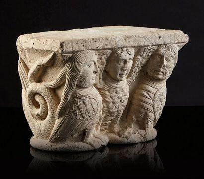 Chapiteau double en pierre calcaire sculptée toutes faces. Face principale à décor...