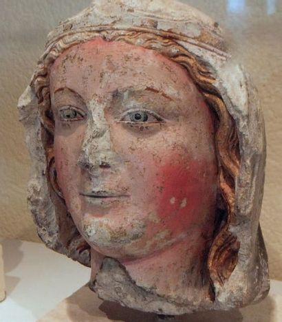 Tête de Vierge en pierre calcaire sculptée, polychromée et dorée. Yeux en amande...