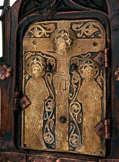 Petit tabernacle d'angle en chêne sculpté avec porte ornée d'une plaque en cuivre...