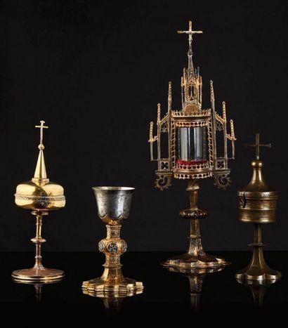 Reliquaire-monstrance en cuivre ciselé et doré, argent, verre. Cylindre et flanqué...