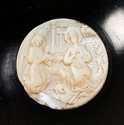 Médaillon en nacre sculpté en bas-relief...