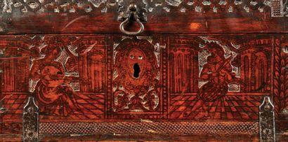 Petit coffre au couvercle bombé en bois de cyprès sculpté en méplat avec rehauts...