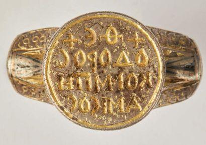 Importante bague-sceau en argent gravé, niellé et en partie doré. Chaton en forme...