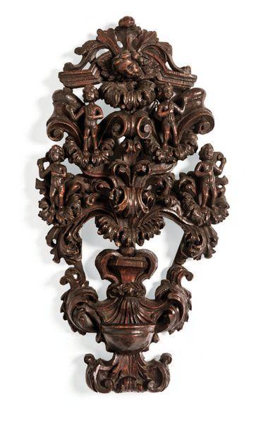 Bénitier en bois sculpté en fort relief et...