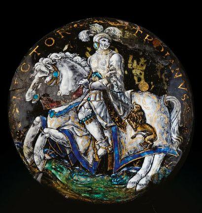 Grand médaillon en émail peint polychrome...