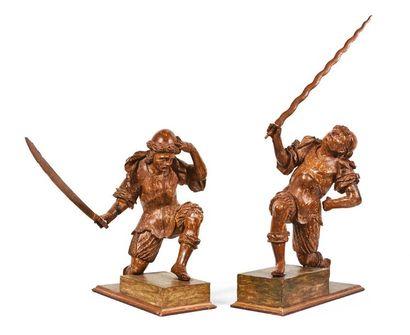 Paire de soldats en bois sculpté en ronde-bosse...