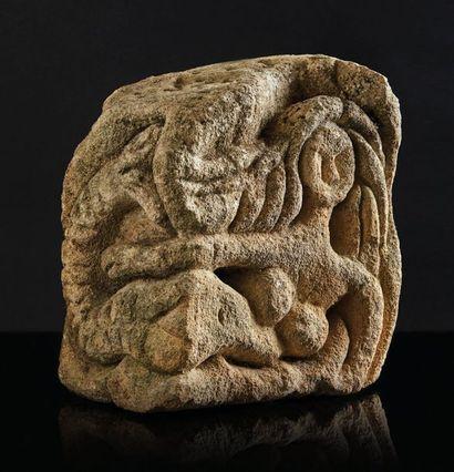 Pierre calcaire sculptée sur trois faces...
